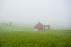 Celeiro vermelho na névoa fotografia de stock royalty free