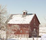 Celeiro vermelho no inverno fotografia de stock