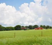 Celeiro vermelho no pasto Imagens de Stock