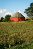 Celeiro vermelho redondo original cercado pela terra aberta em Illinois rural fotos de stock royalty free