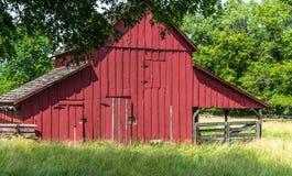 Celeiro vermelho velho em uma exploração agrícola de Amish