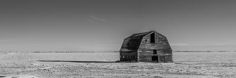 Celeiros na deterioração na paisagem da pradaria do inverno Fotografia de Stock Royalty Free