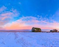 Celeiros na deterioração na paisagem da pradaria do inverno Foto de Stock