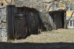 Celeiros velhos no fundo de casas novas fotografia de stock royalty free