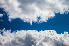 Celestial Navy Blue Sky With-Wolken stockfoto