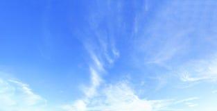 Celestial World-concept: Abstracte witte wolk en duidelijke blauwe hemel op de zonnige achtergrond van de dagtextuur Stock Fotografie