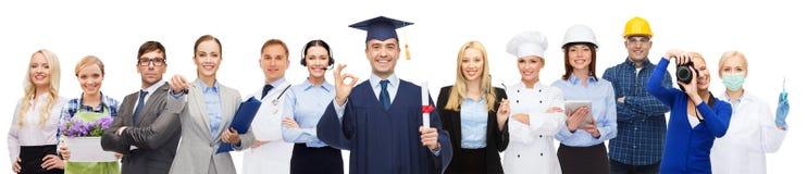Celibe felice con il diploma sopra i professionisti Fotografia Stock