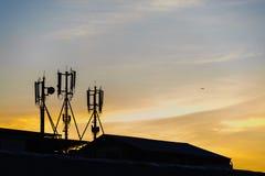 Cell- antenner för kontur på soluppgång Arkivbild