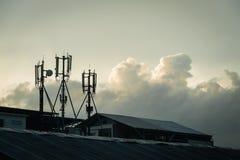 Cell- antenner och regnmoln Royaltyfri Bild