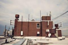 Cell- antenner på taket Arkivbild
