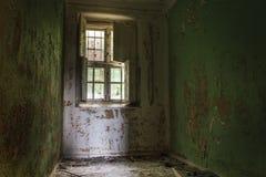 Cell från en gammal stängd ner mental institution arkivfoton