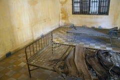 Cell i det Tuol Sleng (S21) fängelset Arkivbild