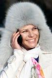 cell- lyckliga talande telefonkvinnor Royaltyfri Bild