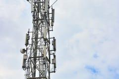 Cell- torn med antenner f?r f?rbindande folk med hj?lp av telefoni och internet Telekommunikationsutrustning på torn Close- royaltyfria bilder