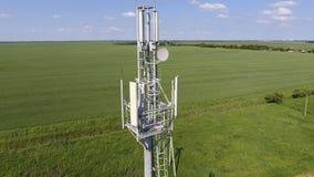 cell- torn Utrustning för att vidarebefordra den cell- och mobila signalen Arkivfoto