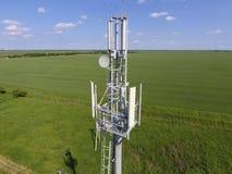 cell- torn Utrustning för att vidarebefordra cell- och mobil signa Arkivfoto