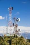 Cell-, tv och radioantenner upptill av berget Arkivbild