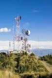 Cell-, tv och radioantenner upptill av berget Royaltyfri Fotografi