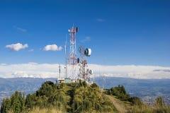 Cell-, tv och radioantenner upptill av berget Royaltyfri Bild