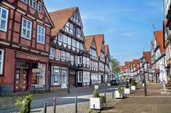Celle, Deutschland - 1. Mai 2017: Straße mit Fassade des Gebäudes im Celle Alte Stadt in Niedersachsen, Deutschland Lizenzfreie Stockfotos