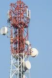 Cellen ringer antennen står hög Arkivfoto