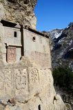 Cellen van Geghard-rotsklooster met khachkars, Armenië Royalty-vrije Stock Fotografie