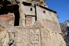 Cellen van Geghard-rotsklooster met oude khachkars, Armenië, Royalty-vrije Stock Foto