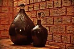 celler篮装的细类颈大坛酒 免版税库存照片
