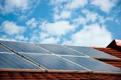 Celler av sol- energipaneler Arkivfoton