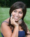 cellflicka henne latinamerikanskt tonårs- telefonsamtal Arkivbild