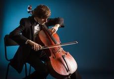 Cellist, der auf Cello spielt lizenzfreies stockfoto