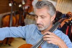 Cellist die de cello spelen royalty-vrije stock foto's