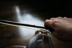 Cellist en boog stock foto's