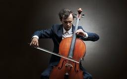 Cellist het spelen op instrument met empathie stock foto's