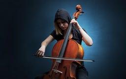 Cellist het spelen op instrument met empathie royalty-vrije stock foto's