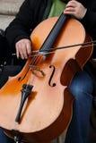 Cellist mit klassischem Musikinstrument in der Dunkelheit Stockbild