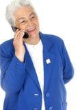cellkonversation som tycker om telefonpensionärkvinnan Arkivbild