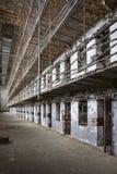 Cellkvarter av insidan av ett gammalt fängelse Arkivfoto