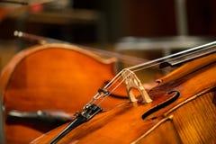 Cello, das auf dem Boden liegt Stockfotografie