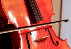 Cello mit Bogen und Schnüren Lizenzfreies Stockbild