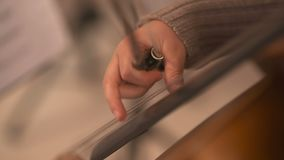 Cello in orkest Musicus het spelen cello stock footage