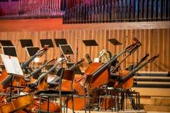 Cellos und Kontrabass, die auf dem Boden liegen Lizenzfreies Stockfoto