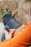 Cellphone die door tiener wordt gehouden. royalty-vrije stock fotografie