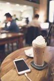 Cellphone en dranken op houten lijst royalty-vrije stock afbeeldingen