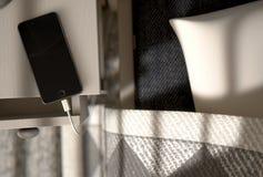 Cellphone naast het Bed Stock Afbeeldingen