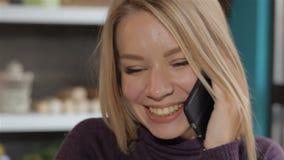 Cellphone van de meisjesholding dichtbij haar oor stock video