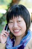 celltelefon genom att använda kvinnabarn royaltyfria bilder
