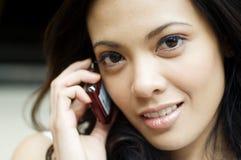 celltelefon genom att använda kvinnan Royaltyfri Fotografi