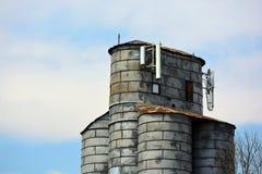 Celltorn på en gammal antik jordbruks- silo för kornhiss Royaltyfri Fotografi