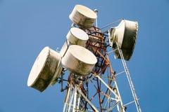 Cellulaire communicatie torens op blauwe hemel Royalty-vrije Stock Afbeelding
